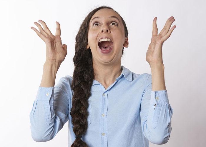 mulher com expressão de felicidade por ter ganhado na lotofacil