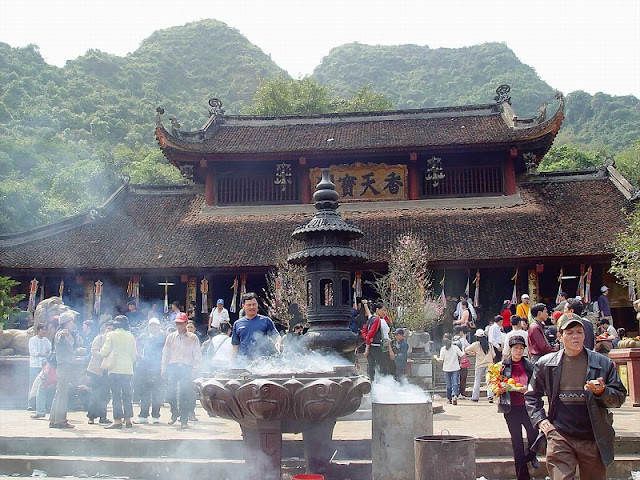 Pilgrims flock to Huong Pagoda on Tet holidays 1