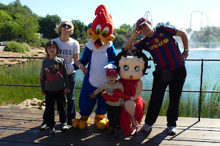 La familia con dos personajes de Port Aventura.