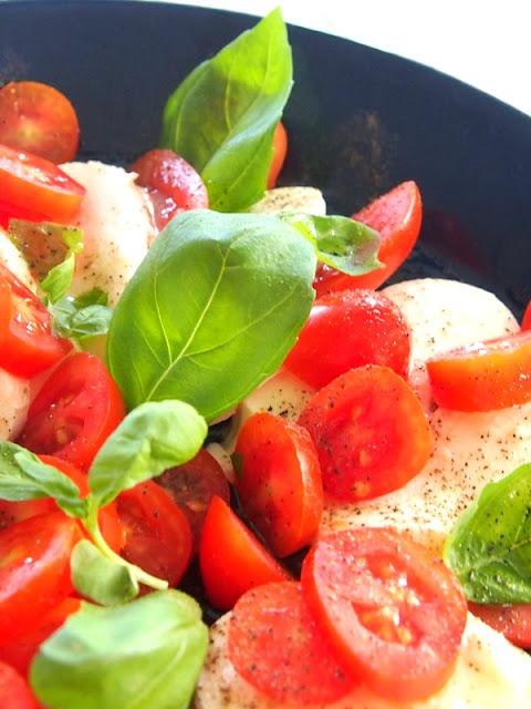 tomaattimozzarellasalaatti