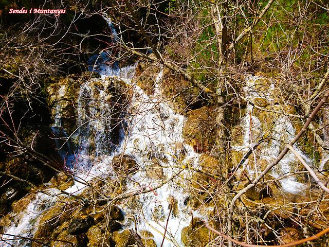 Salto de agua producido por el deshielo