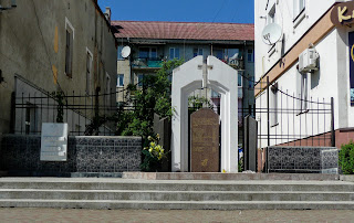 Калуш. Площадь Героев. Стела в честь учеников торговой школы, расстрелянных гестаповцами в 1943 году