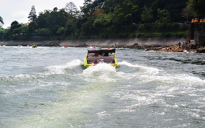 Menikmati hempasan ombak dari boat