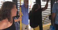 """Απίστευτο σκηνικό σε λεωφορείο — εξοργισμένη γυναίκα """"βρίζει"""" ανελέητα και """"φτύνει"""" μια γιαγιά ➤➕〝📹ΒΙΝΤΕΟ〞"""