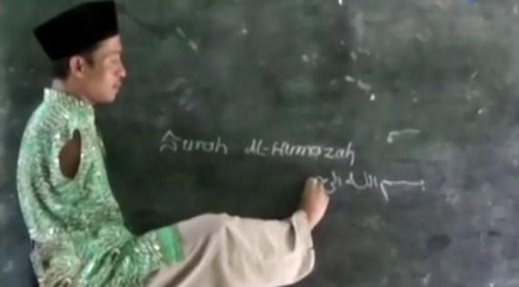 Mengharukan Dedikasi Pak Guru Untung Yang tidak Punya Tangan Mengharukan Dedikasi Guru Honorer Yang Tidak Punya Tangan