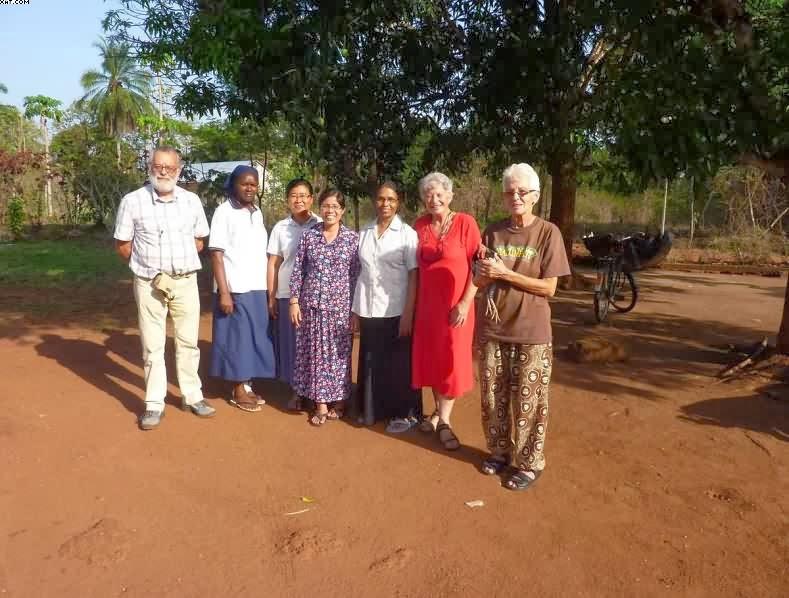 Da sinistra, un nostro parrocchiano, Suor Josephine, Suor Joana, Suor Rosa, una suora indiana ospite a Rimenze, una nostra parrocchiana, Suor Celine