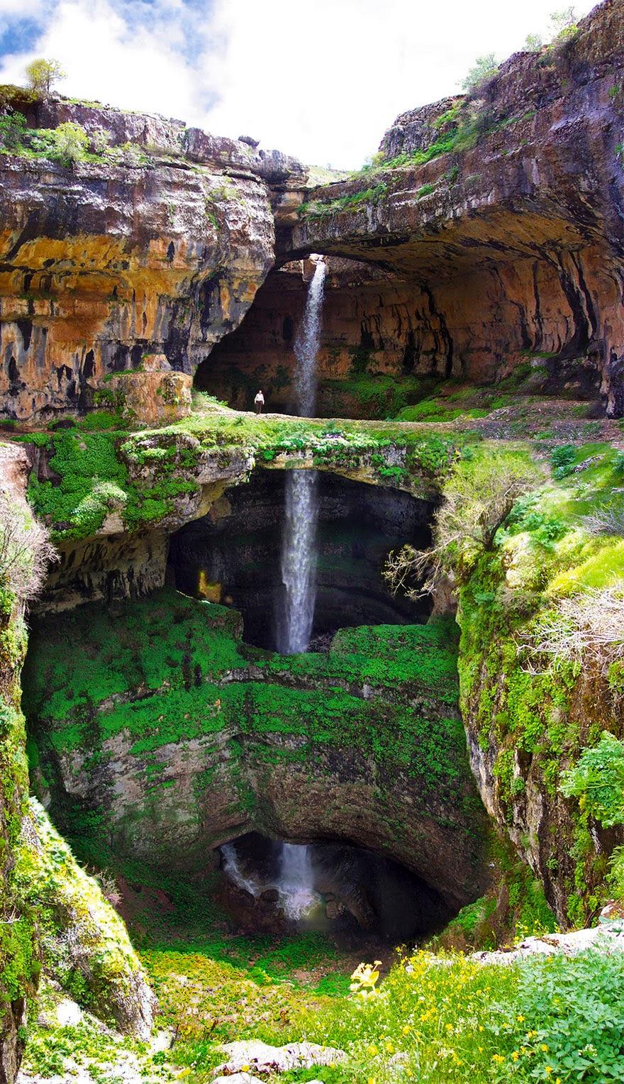 Air terjun Lurah Baatara di Tannourine, Lubnan terhasil daripada hakisan airbatu cair yang melalui batu kapur berjuta-juta tahun dahulu.