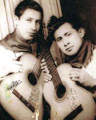 Foto de Luis Abanto Morales posando con guitarra