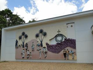 painel mural mostrando pessoas que moram nas proximidades de inhotim