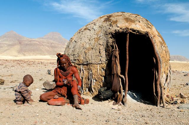 """Có nhiều cách để trải nghiệm Namibia, bạn có thể tìm đến những loại hình mạo hiểm hơn như đua xe địa hình, trượt cát, lướt gió hay đua ngựa nhưng bạn cũng có thể lựa chọn sống chậm tại đây. Chạy chầm chậm trên những con đường rộng lớn, hưởng cái gió hanh khô đặc trưng, thưởng cảnh và ngắm trời đêm cũng là mang đến cảm giác chinh phục rất đặc biệt, rất cá nhân. Hãy đi chậm, để mọi cảnh vật, mọi trải nghiệm đủ để """"thấm"""" vào bạn, để cảm nhận vùng đất hoang mạc này một cách đầy đủ và đẹp đẽ nhất!"""