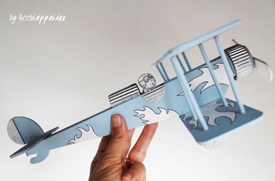 biplano di legno montato e decorato con acrilici e fantasia