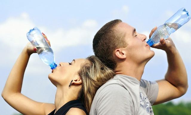 Cara Menurunkan Berat Badan - Minum air sebelum makan
