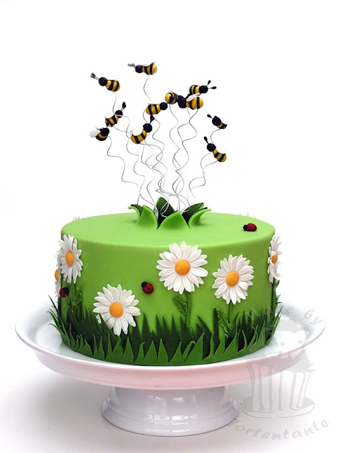 Frühlingstorte mit Gänseblümchen und Marienkäfern