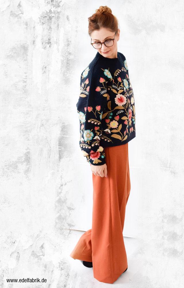 der mit Blumen bestickte Zara Pullover