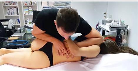 Un chiropracteur italien fait une démonstration où il joint l'utile à l'agréable...(Video)