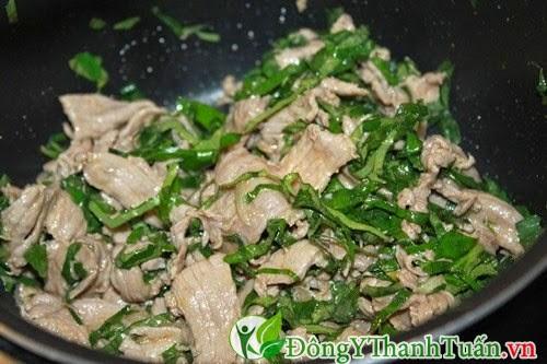 Món thịt bò xào lá lốt trị bệnh đau lưng hiệu quả