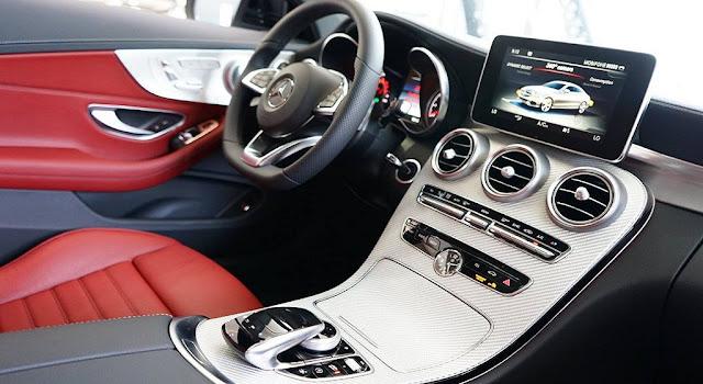 Tựa tay Mercedes AMG C43 4MATIC Coupe 2019 được ốp sợi thủy tinh màu Bạc cực kì nổi bật