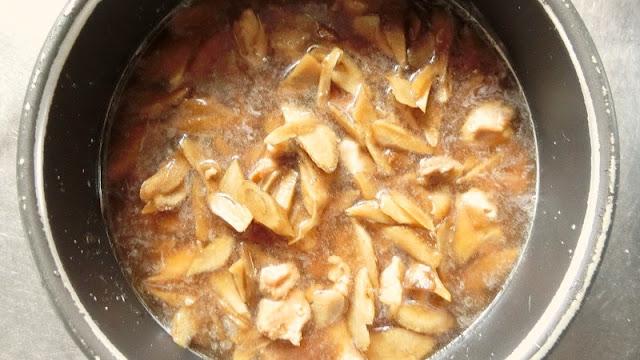 鶏もも肉、ごぼうをのせて炊く
