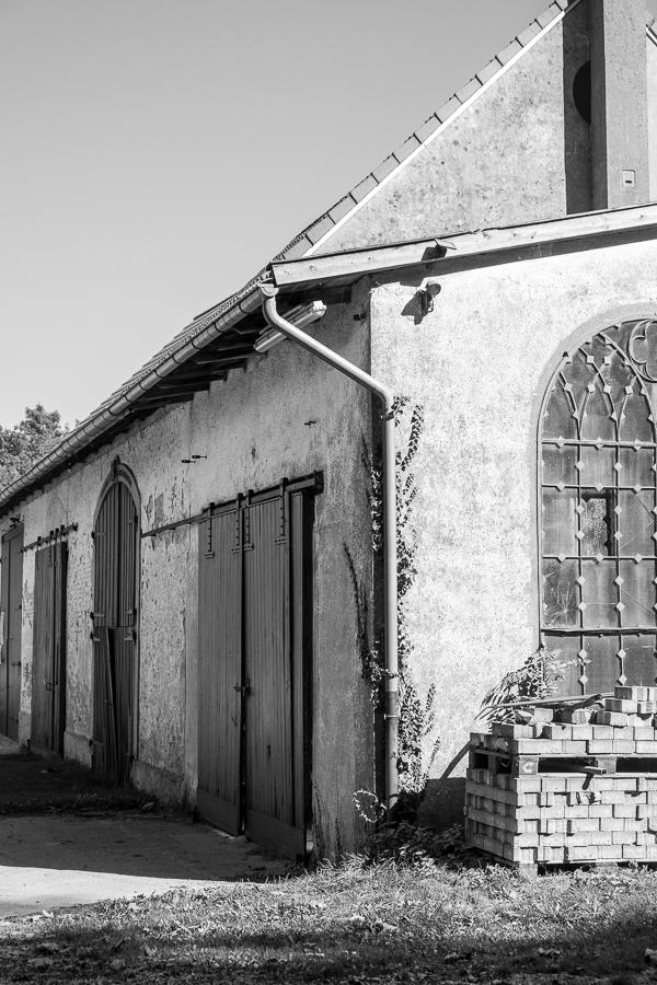 fim.works | Fotografie. Leben. Wohnen. | SchwarzWeissBlick No 32 | altes Gebäude auf Gut Iggenhausen