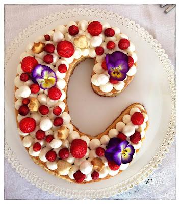 cream tart con namelaka al limone fragole di bosco, violette, biscottini,meringhe