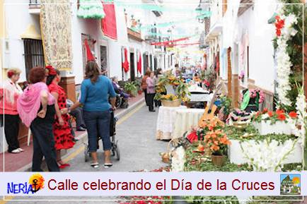 Las calles de Nerja se engalan con flores, que las convirten en típicos rincones andaluces que reunen a cientos de personas,