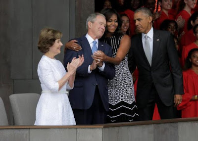 Michelle Obama Peluk George W Bush