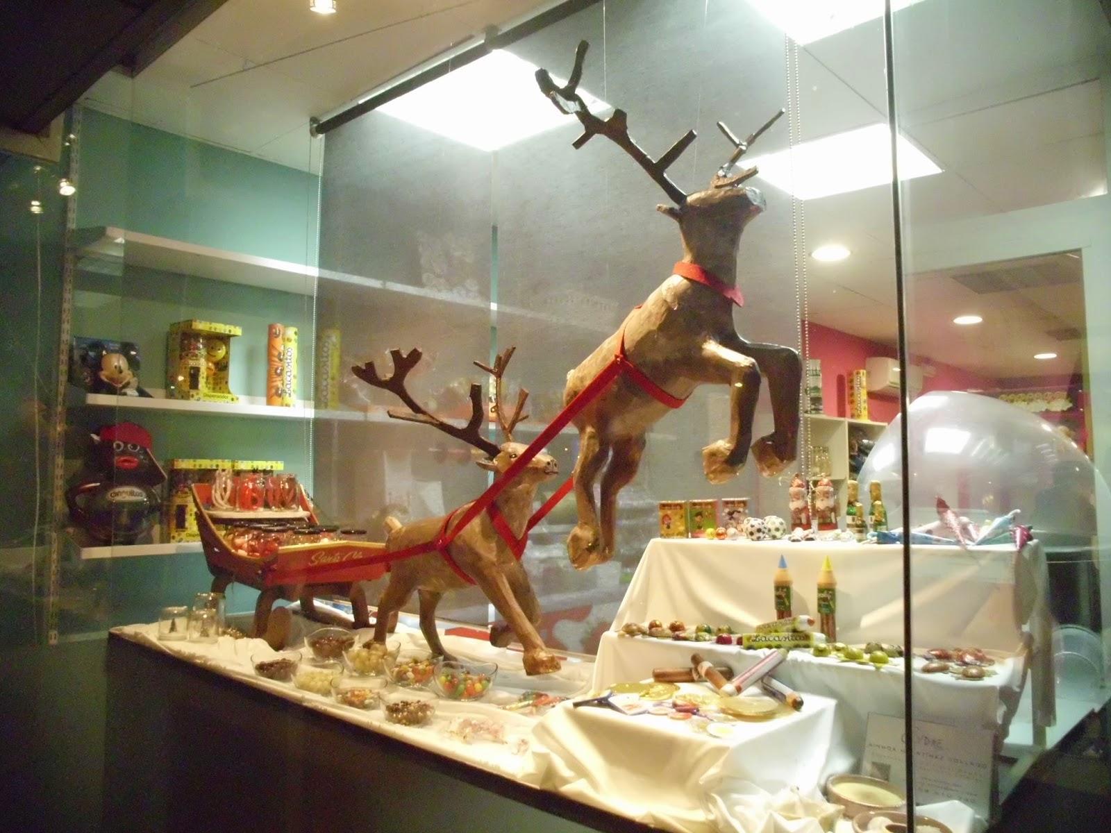 escaparate navideño trineo santa claus y renos volando