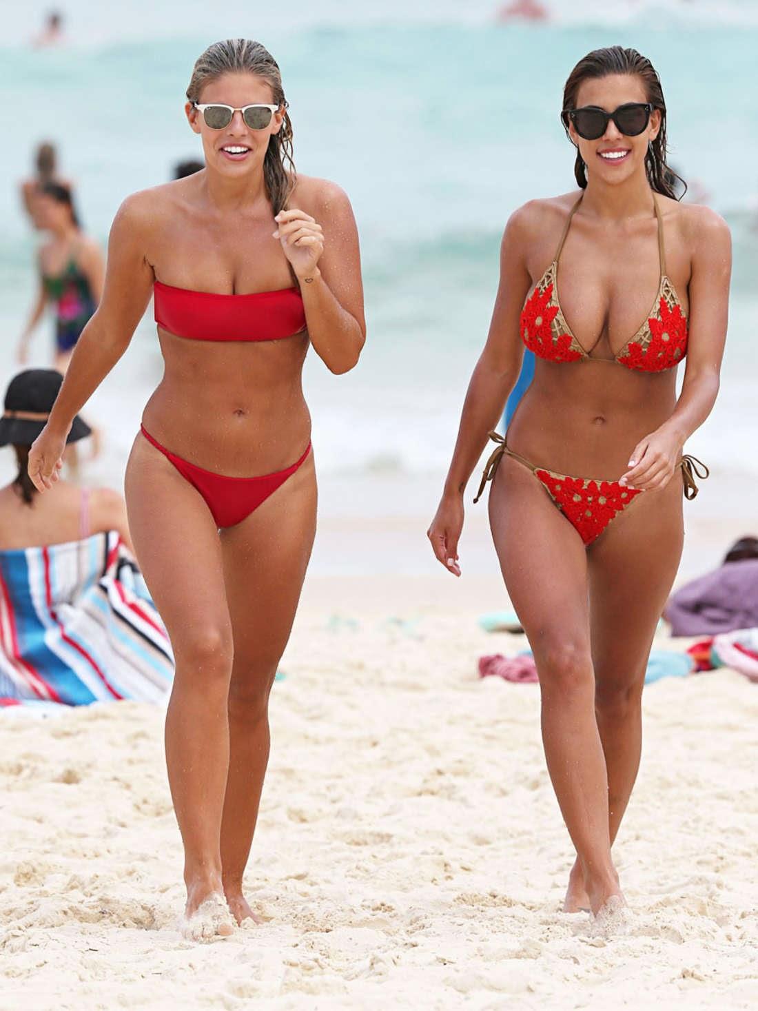 ديفين بروكمان وناتاشا أوكلي بالبكيني على شاطئ بوندي
