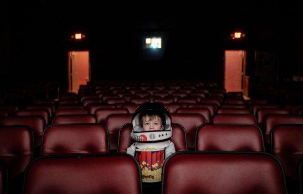 Aaron Sheldon fotografia fofa seu filho Harrison como astronauta small steps are giant leaps criança meigo aventura cotidiano