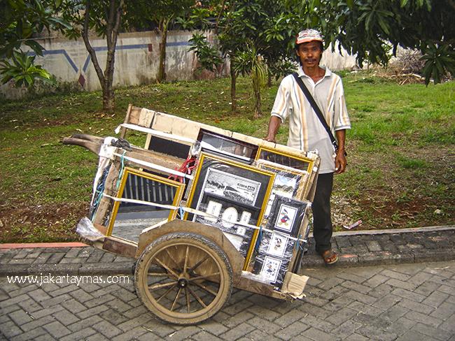 Vendedor ambulante de marcos y espejos en Yakarta
