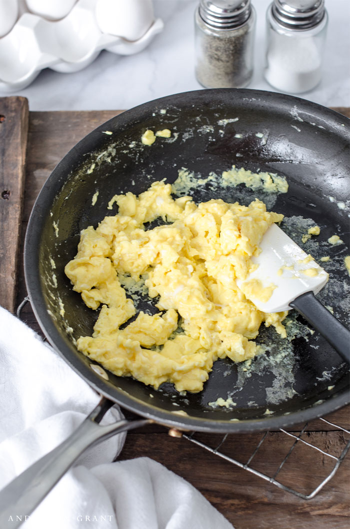 Secret ingredient and tips behind making the perfect scrambled eggs #breakfast #recipes #breakfastrecipes #helpfultips