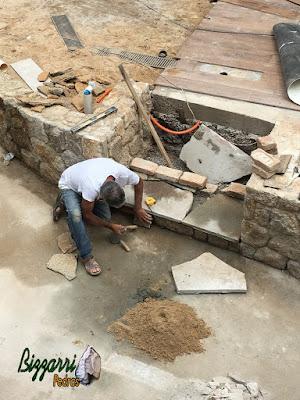 Bizzarri fazendo a execução de uma escada de pedra sendo com os patamares da escada com pedra Carranca tipo cacão e os espelhos da escada com pedra moledo tipo chapa de pedra. 28 de outubro de 2016.