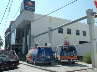 Encuentran en la puerta de Televisa, una hielera con dos cabezas humanas y una nota amenazante. Ver video.