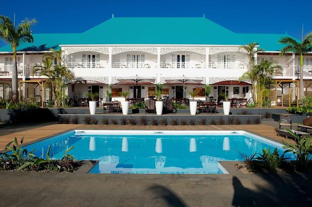 Habitation créole avec toiture bleue + piscine
