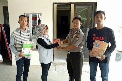 Polsek Muaragembong Donasi Buku Ke TBM Rumah Warna