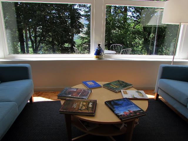 sofas e mesa com jornais