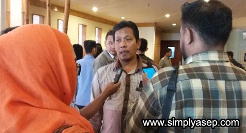 WAWANCARA : Faisal Riza dari BAWASLU Kalbar saat diwawancarai awak media setelah acara Sarasehan berakhir.  Foto Asep Haryono