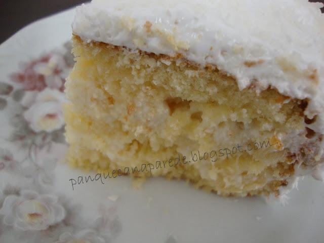 bolo de abacaxi recheado e com cobertura de marshmallow e coco