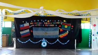 En una escuela de la Patagonia los alumnos juraron este lunes por cuatro banderas. El acto se llevó a cabo en la Escuela N° 350 de Añelo, la localidad neuquina conocida también como la capital del yacimiento petrolero Vaca Muerta.