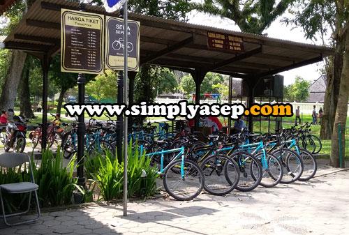 BIKE RENTAL :  Mau berkeliling kawasan Candi Prambanan dengan bersepeda? Boleh aja. DI sini anda bisa menyewa sepeda tunggal atau tandem dengan harga sewa yang terjangkau.  Foto Asep Haryono