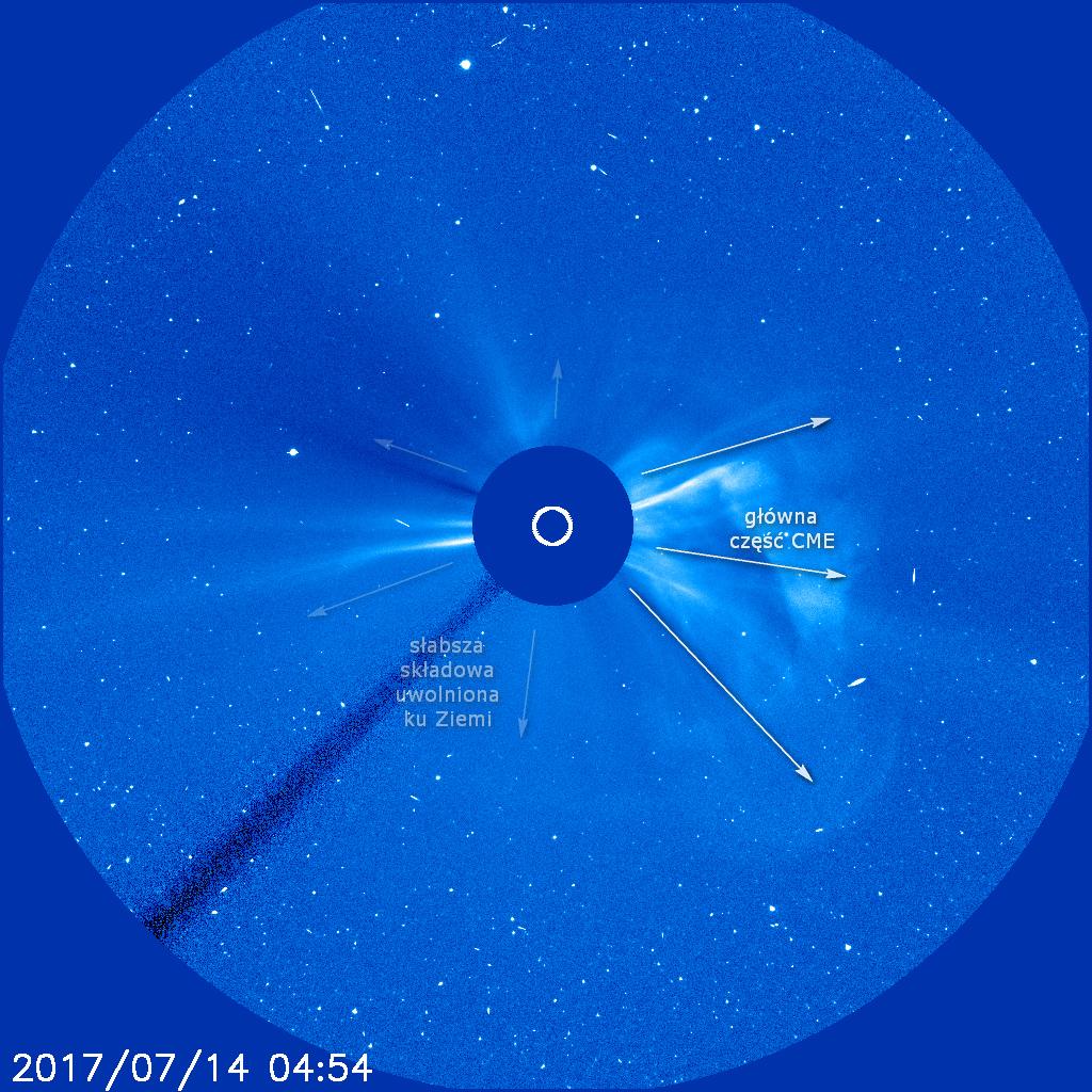 Koronalny wyrzut masy (CME) uwolniony w następstwie długotrwałego rozbłysku klasy M2.4 w obszarze aktywnym 2665 - opis do zdjęcia koronografu LASCO C3. Główna część wyrzutu uwolniona na południe i zachód od linii Słońce-Ziemia, jednak wyraźna składowa ku Ziemi także została zarejestrowana. Credits: SOHO, LASCO