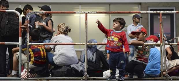 """Merkel pide """"repartir cargas"""" y no romper el """"vínculo de la UE con los derechos humanos"""""""