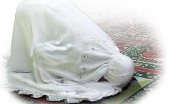 Batalkah Jika Aurat Wanita Tersingkap Ketika Shalat?