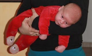 Baby im Fliegergriff