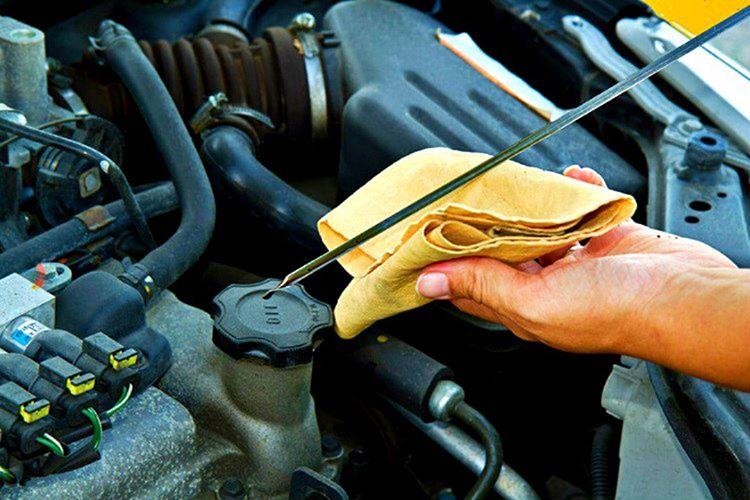 Arabanızın motor yağı seviyesine bakarken, motorun çalışmıyor ve soğumuş olmasına dikkat etmelisiniz.