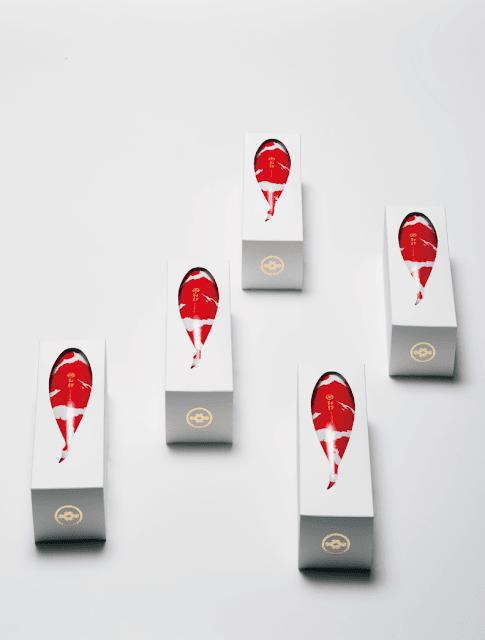 外国人旅行者にオススメ?日本の面白いデザインの商品7選【i】 錦鯉の模様をした日本酒 「錦鯉 NISIKIGOI」