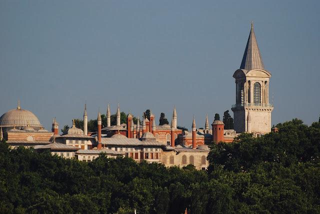 Palais de Topkapi et sa tour de Justice dominant les nombreuses coupoles du Harem