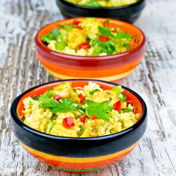 Mini-schaaltjes met couscoussalade met gemarineerde kipblokjes, kruiden en paprika