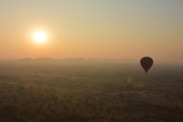 Coucher de soleil sur Bagan vu d'une montgolfière