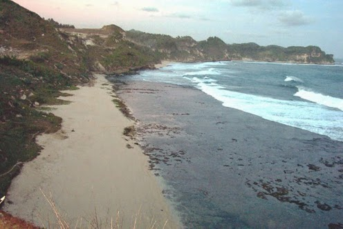 yang terletak di daerah Wonogiri tepatnya di Desa Dringo Pantai Nampu, Wisata Pantai Wonogiri Yang Eksotis